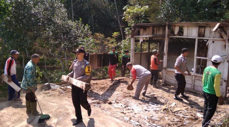 Bersama Warga Polsek Patean Gotong Royong Bedah Rumah Milik Mbah Marmi