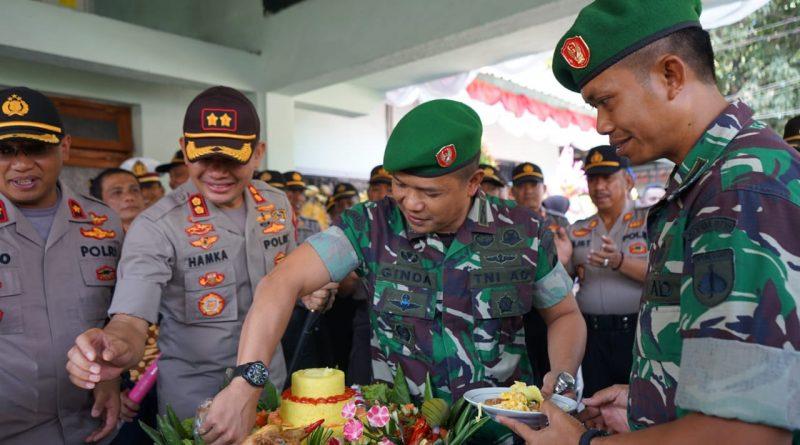 Kejutan Manis Kue Ultah TNI ke-74 dari Polres Kendal untuk Kodim Kendal