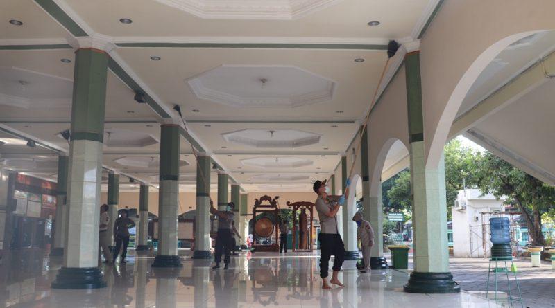 Cegah Covid-19, Polres Kendal Adakan Aksi Bersih-Bersih Masjid dan Tempat Keramaian