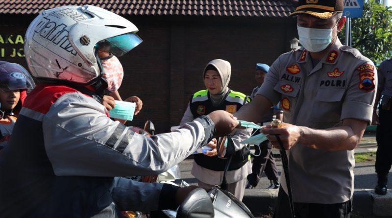 Cegah Penyebaran Virus Covid-19, Para Pengguna Jalan Dapat Masker Gratis dari Polres Kendal