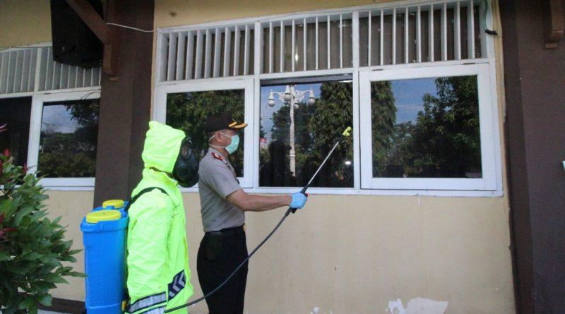 Cegah Penyebaran Covid-19, Tempat Pelayanan di Polres Kendal Disemprot Desinfektan