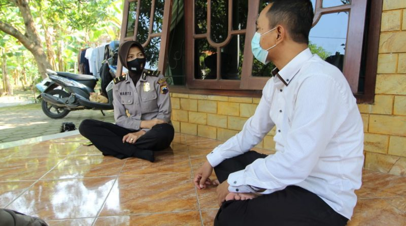 Silaturahmi ke Tokoh Masyarakat, Polwan Polres Kendal Ajak Warga Disiplin Protokol Kesehatan