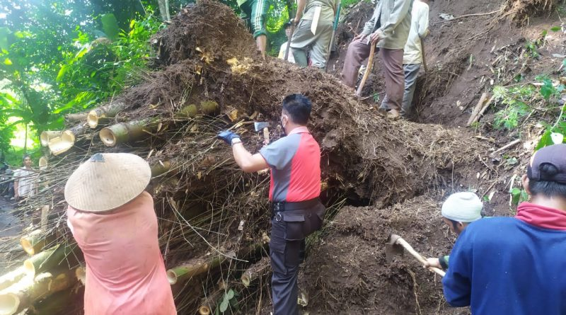 Polsek Plantungan Bersama Warga Kerja Bakti Bersihkan Tanah Longsor dan Pohon Tumbang yang Halangi Jalan