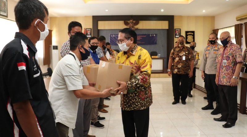Kemenparekraf bersama DPR-RI Komisi X dan Polri Salurkan Bantuan untuk para Pekerja Pariwisata dan Pelaku Seni di Kendal