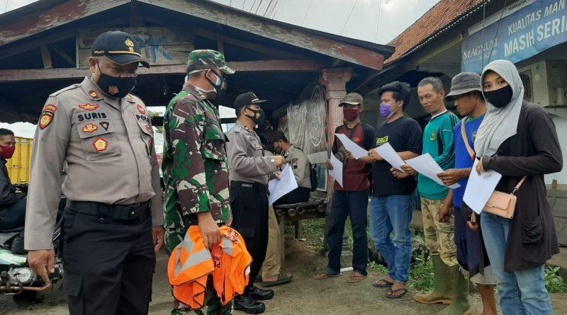 Puluhan Pelanggar Protokol Kesehatan di Sukorejo Dibina Bersihkan Tempat Umum dan Buat Pernyataan