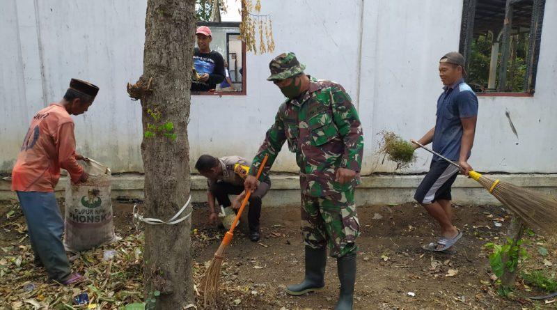 Bhabinkamtibmas Polsek Cepiring Ikut Bersih-Bersih Rumah Warga Korban Kebakaran Rumah