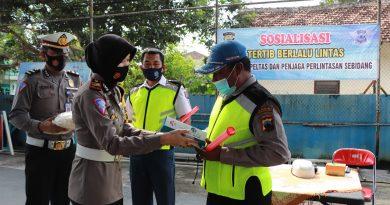 Satlantas Polres Kendal Berikan Edukasi Tertib Berlalu Lintas dan Bantuan Untuk Petugas Perlintasan Sebidang