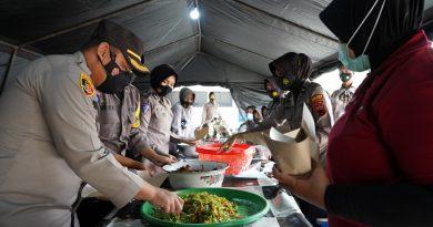 Dirikan Dapur Umum, Polres Kendal Tiap Hari Siapkan 800 Makanan Siap Santap Bagi Warga Terdampak Banjir