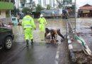 Minimalisir Kecelakaan, Kapolres Kendal Tutup Lubang Jalan yang Tergenang Air Banjir
