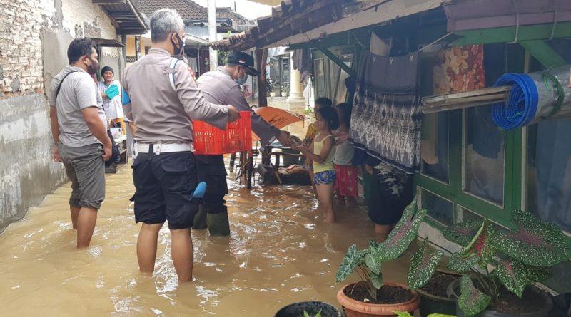 Polsek Kota Kendal Berikan Bantuan Makanan Untuk Warga Terdampak Banjir di Kelurahan Karangsari dan Kebondalem
