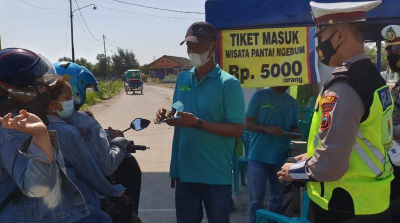 Satlantas Polres Kendal Bagikan Masker di Pantai Ngebum