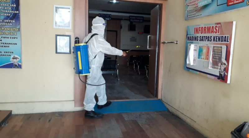 Cegah Penyebaran Virus Covid 19 Sat Lantas Polres Kendal Lakukan Penyemprotan Disinfektan Di Ruang Pelayanan